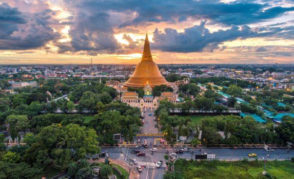 夕暮れ時の「プラ・パトム・チェディ」の風景 タイの風景