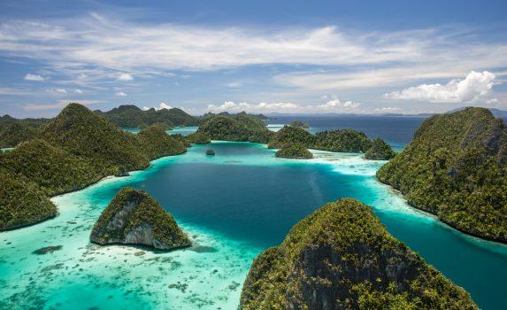 ワヤッグ諸島の島々とサンゴ礁の風景 ラジャ・アンパット諸島 インドネシアの風景