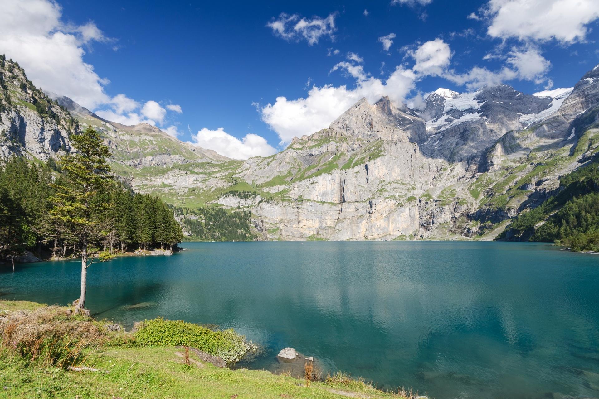 オエシネン湖の風景 ベルナーオーバーラント スイスの風景