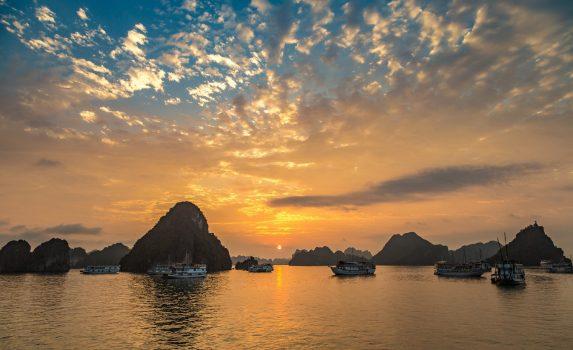 ハロン湾の夕日 ベトナムの風景