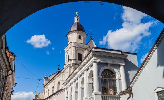 夜明けの門から見る聖テレサ教会 ビリニュス リトアニアの風景