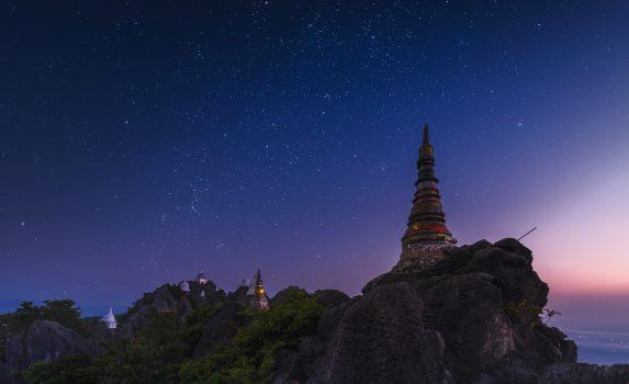 夕闇の寺院 タイの風景