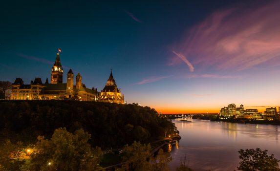 夕暮れ時のオタワ川とカナダ国会議事堂とガティノーの風景 カナダの風景