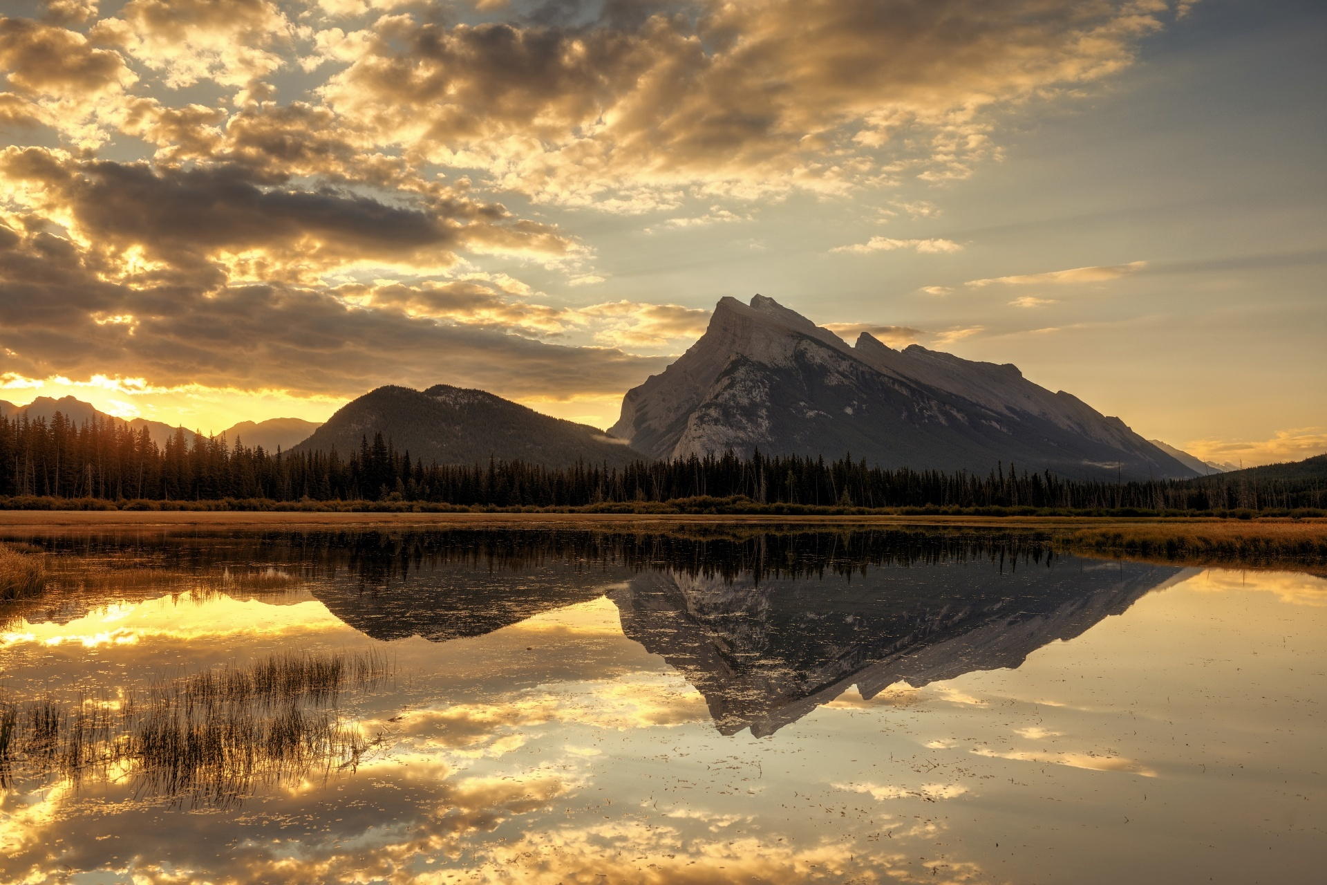 日の出のバーミリオン湖 カナダの風景