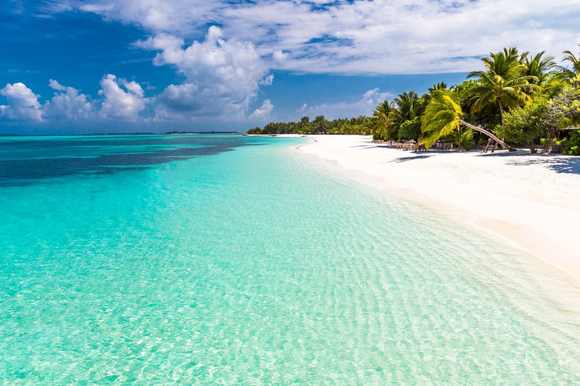 モルディブの空と海と砂浜 モルディブの風景