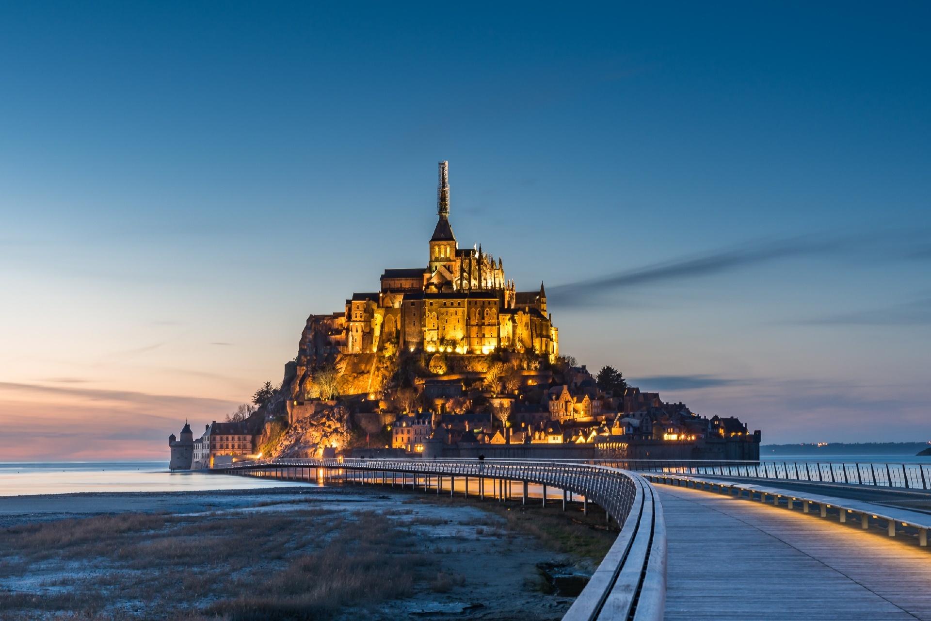 夏の夕暮れのモン・サン・ミッシェル フランスの風景