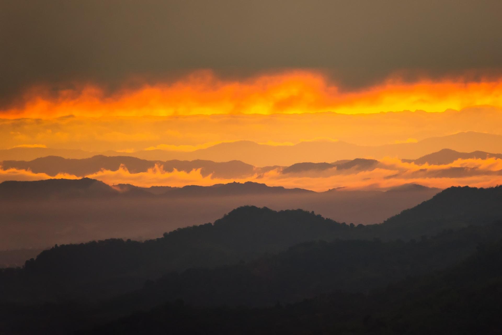 朝焼けに染まる夏の朝の空と山々 タイの風景