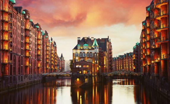 ハンブルクの夕暮れのシュパイヒャーシュタット(倉庫街) ドイツの風景