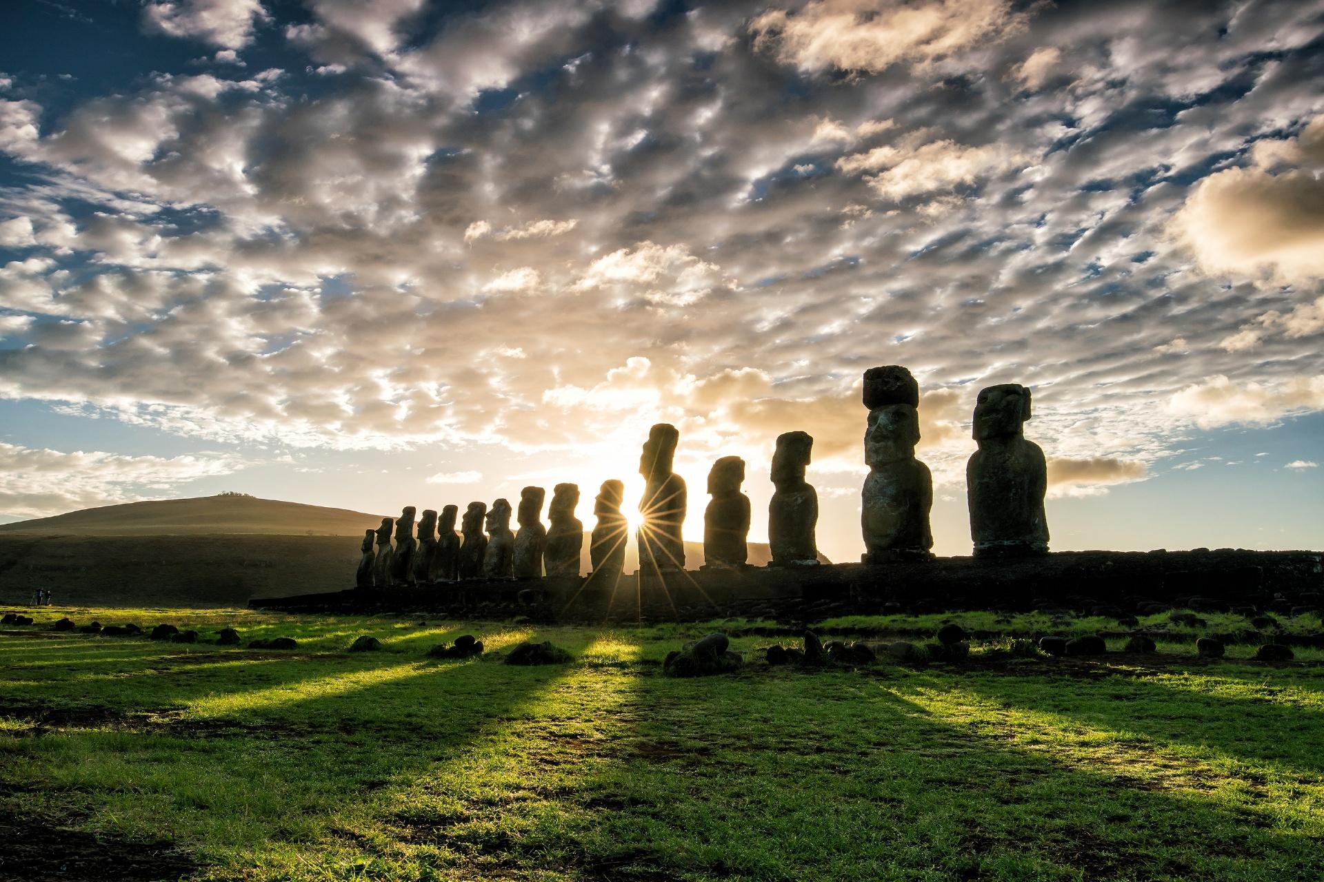 イースター島の日の出とモアイ像 チリの風景