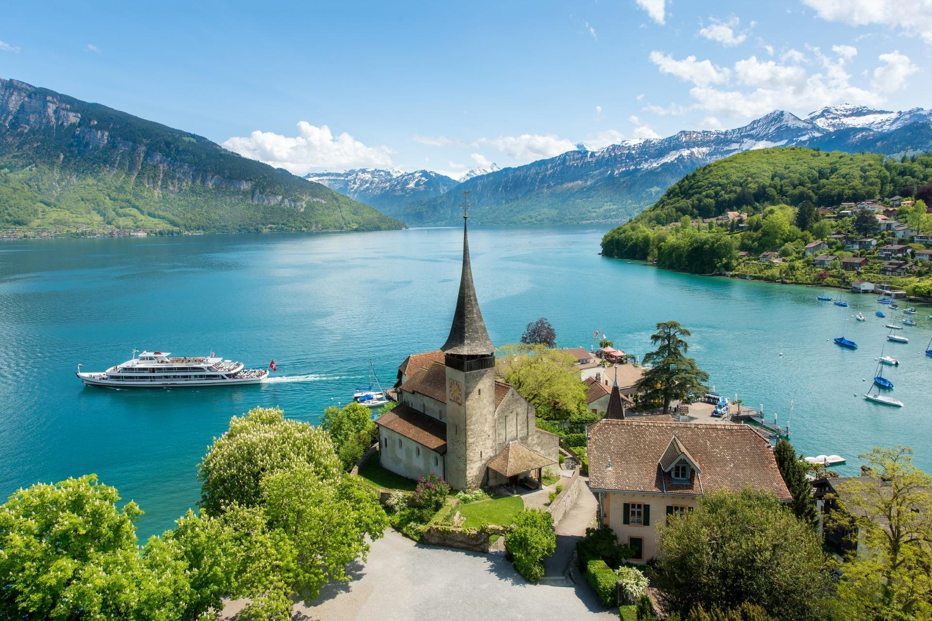 トゥーン湖とシュピーツ城 スイスの風景
