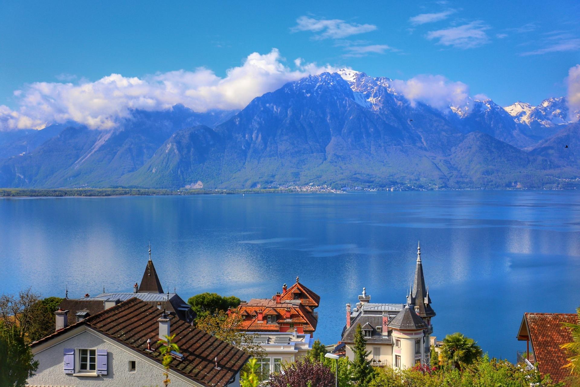 モントルーとレマン湖とアルプスの山々 スイスの風景