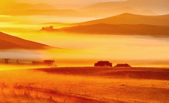 夏の夕暮れの草原の風景 中国の風景