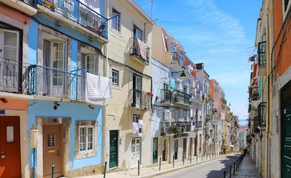 夏の日のリスボン アルファマ地区の古い通り ポルトガルの風景
