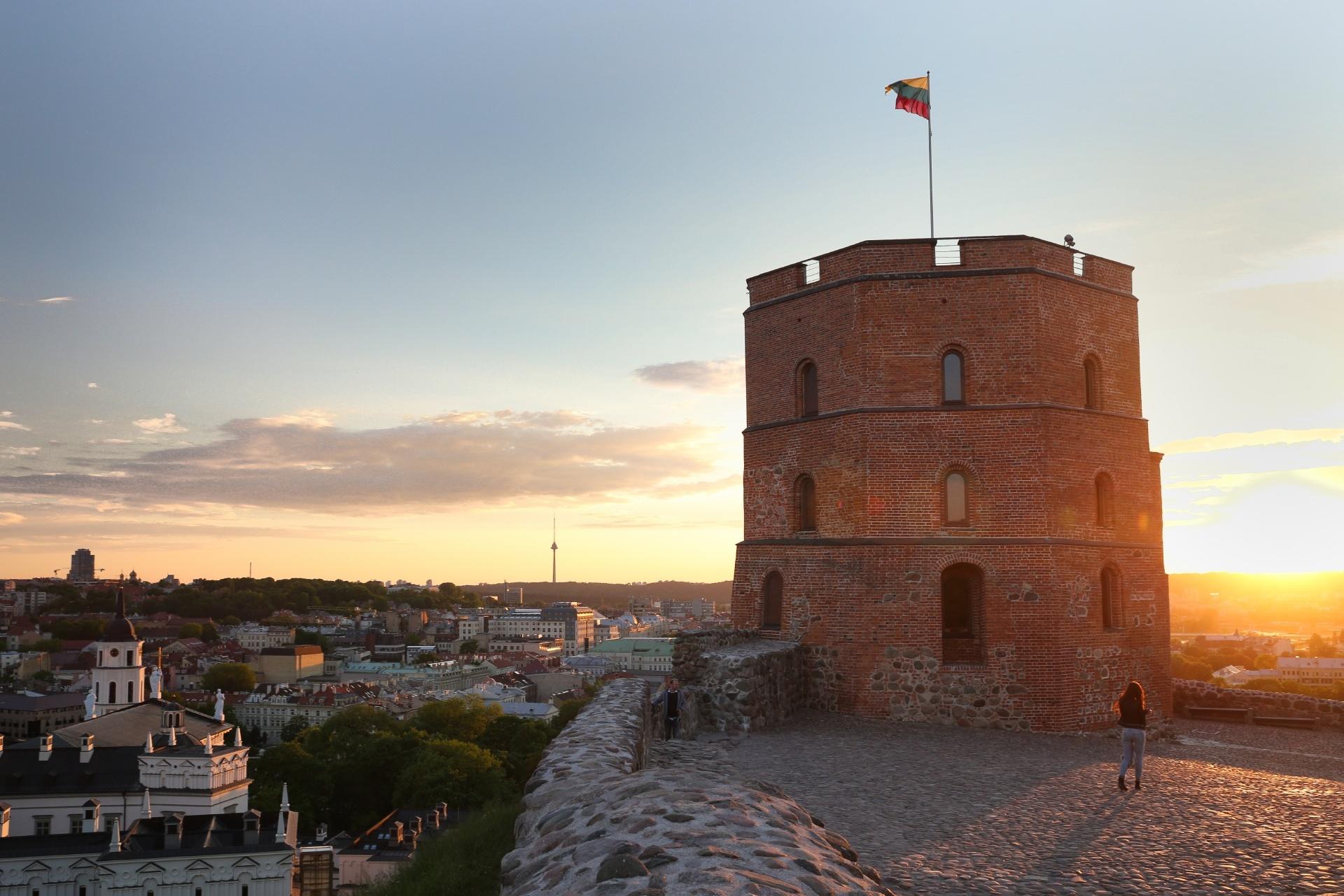 夏の夕暮れのヴィリニュス ゲディミナス塔とヴィリニュスの街並み リトアニアの風景