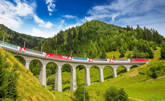 ラントヴァッサー橋を走るレーティッシュ鉄道 スイスの風景