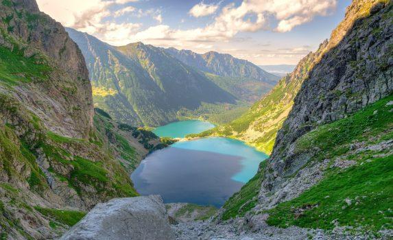 山に囲まれた湖の風景 ポーランドの風景