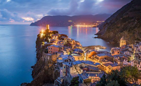 ヴェルナッツァ村の夏の夜の風景 イタリアの風景