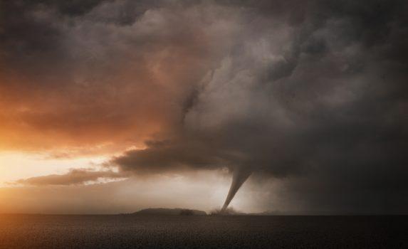 竜巻と夕暮れの嵐の風景
