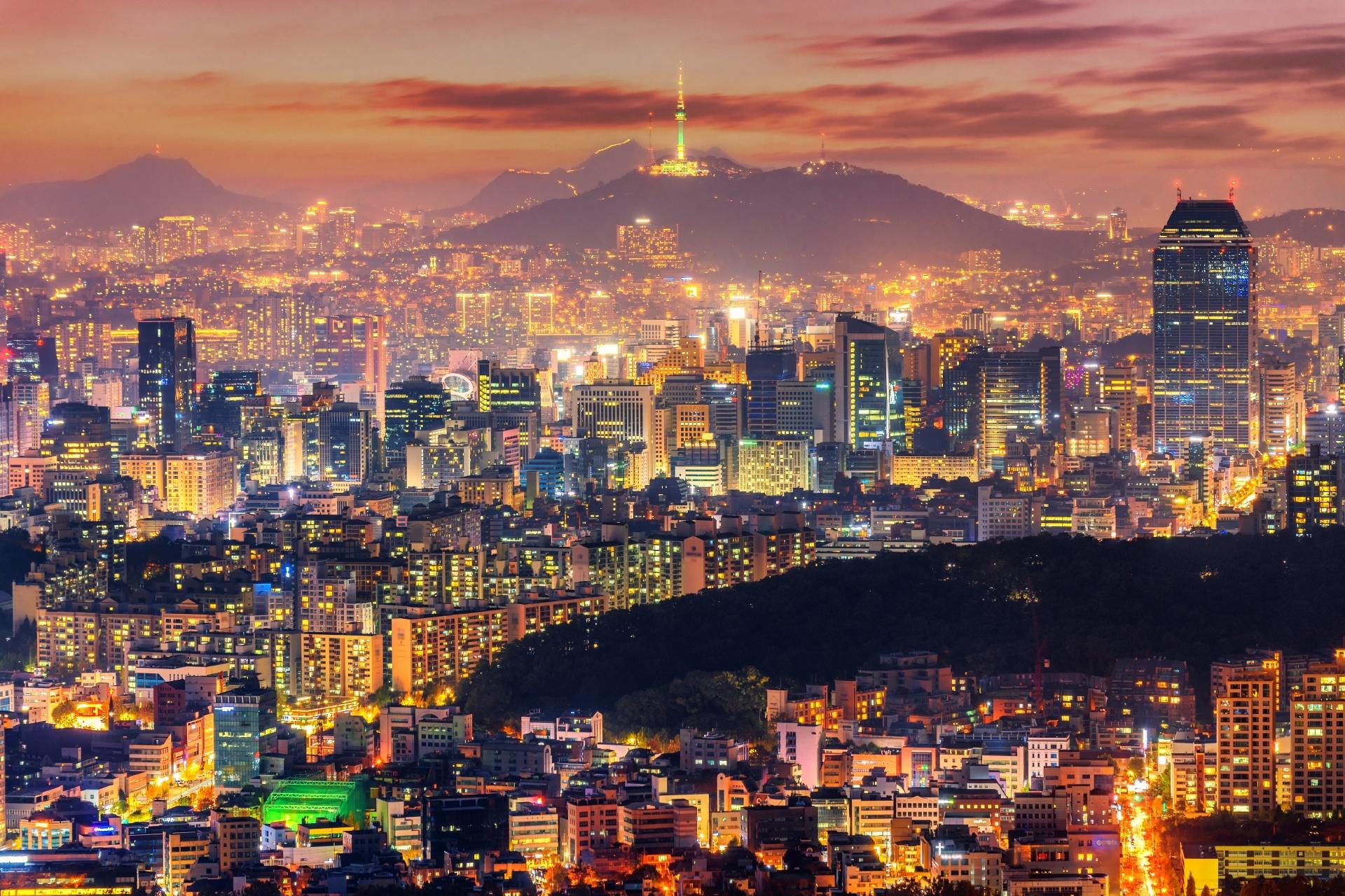 ソウルタワーと夕暮れのソウルの街並み 韓国の風景
