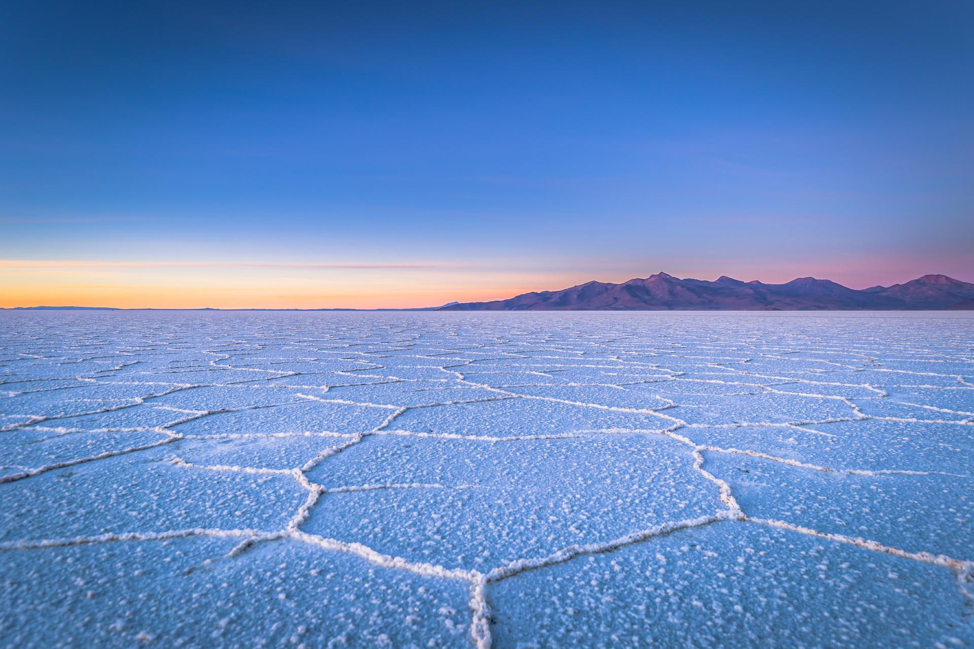 ウユニ塩湖の日の出の風景 ボリビアの風景