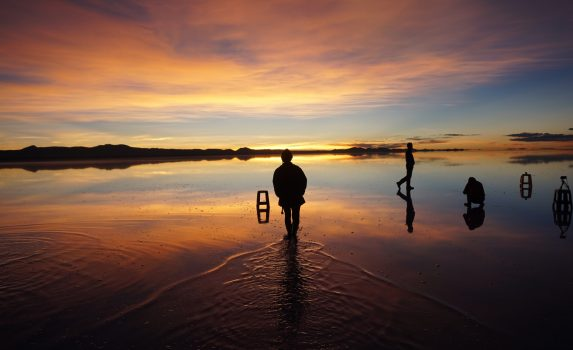 朝のウユニ塩湖 日の出の風景 ボリビアの風景