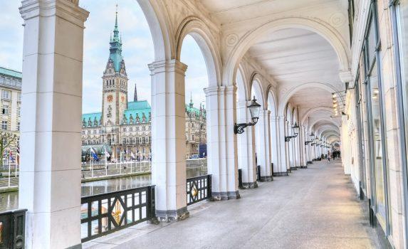 ハンブルク市庁舎とクライネ・アルスター運河 ドイツの風景