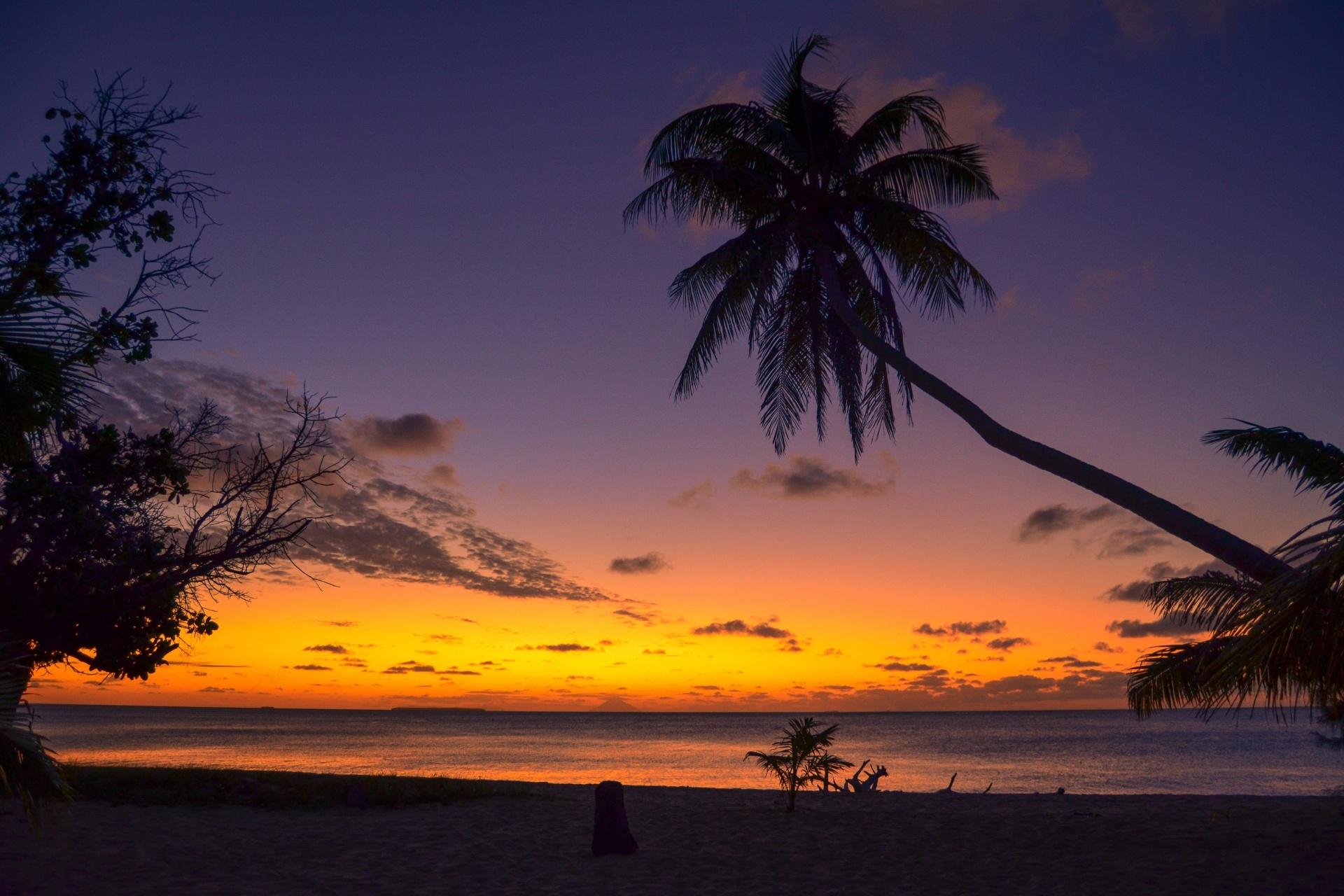 夕焼けのビーチ ウオレバ島 ハアパイ諸島 トンガの風景