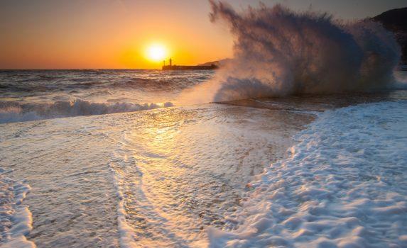 嵐の近づく夕暮れの海の風景
