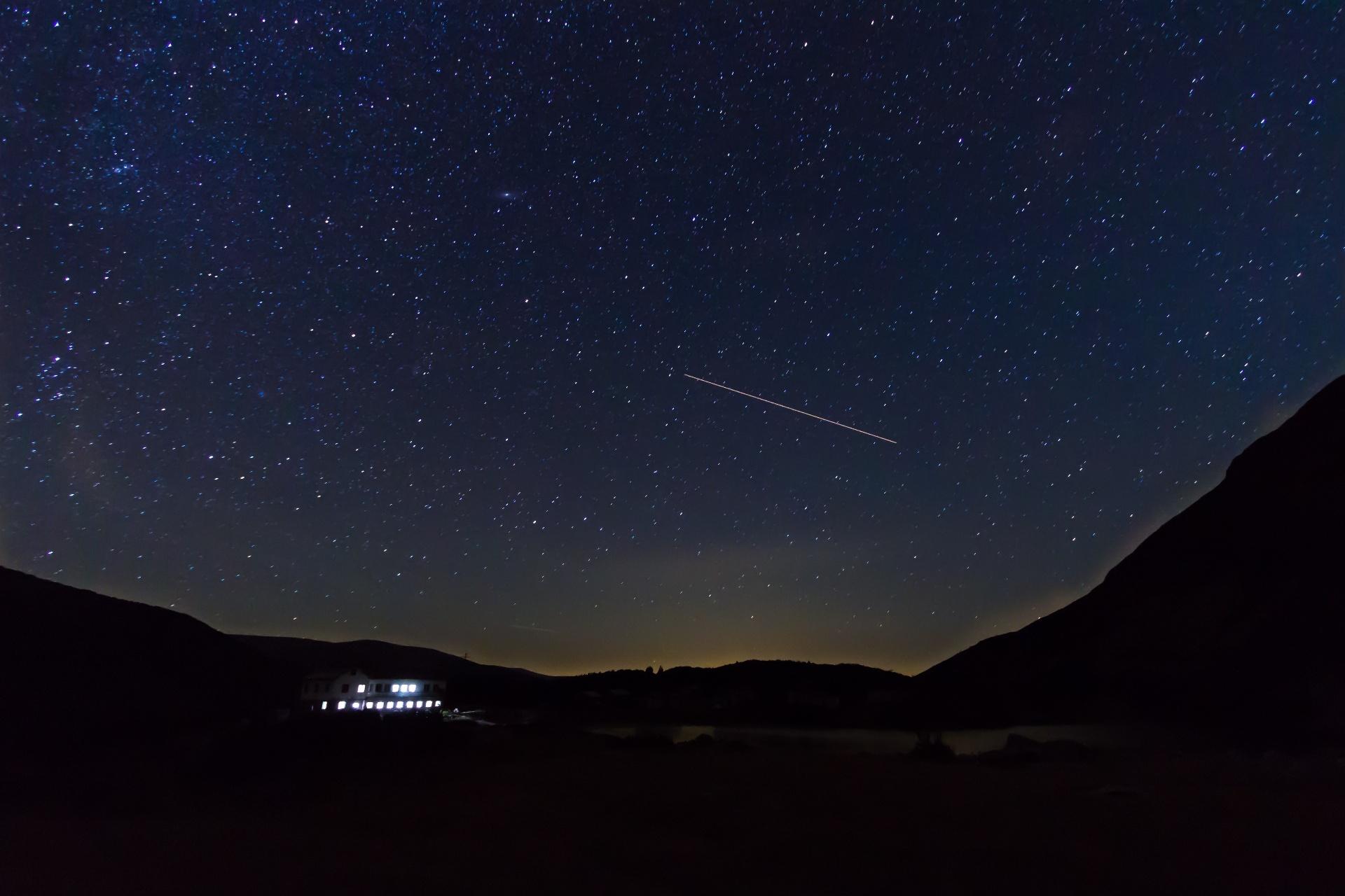 流れ星と満天の星空 リラ国立公園 ブルガリアの風景