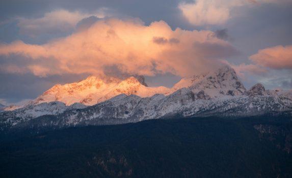 初雪のトリグラウ山 スロベニアの風景