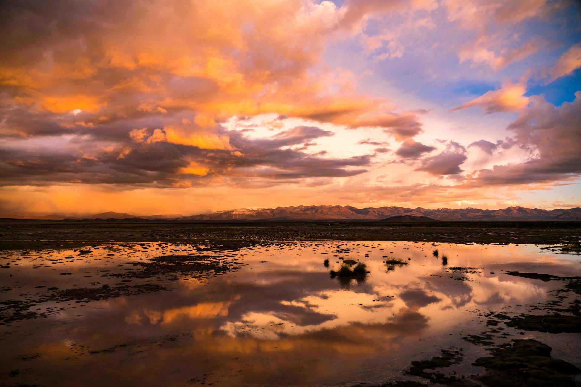 夕焼け空とウユニ塩湖 ボリビアの風景