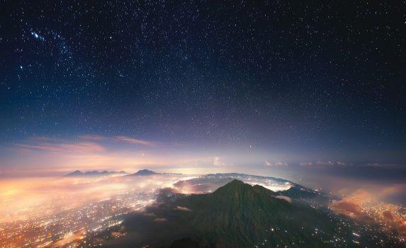 夜のバトゥール火山 インドネシアの風景