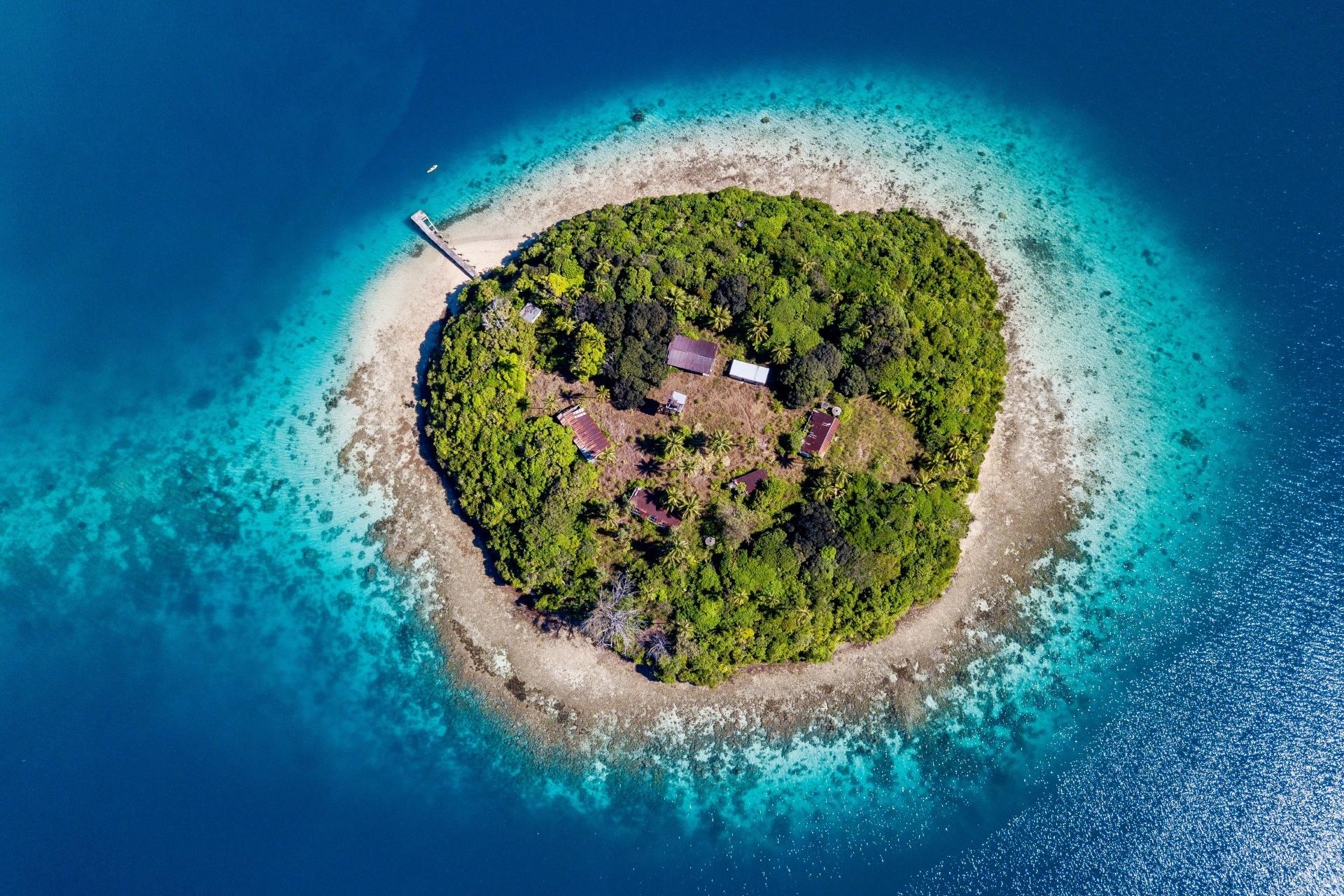 青い海と小島の風景 トンガの風景