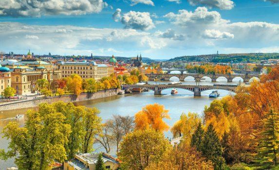 秋のプラハ 旧市街とモルダウ川の風景 チェコの風景