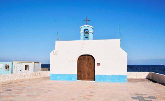 小さな教会と海の風景 スペインの風景