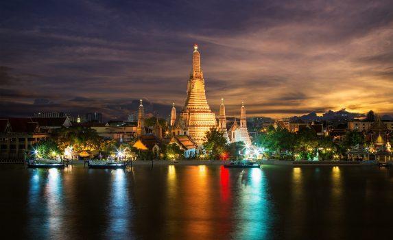 夜のチャオプラヤー川とバンコクの風景 タイの風景