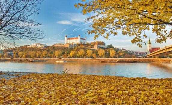 ドナウ川とブラチスラヴァ城 スロバキアの風景