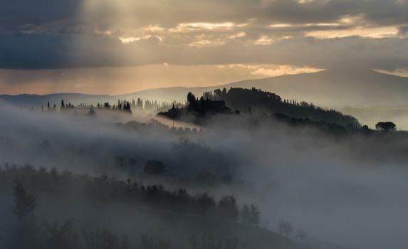霧の朝のトスカーナの丘の風景 イタリアの風景