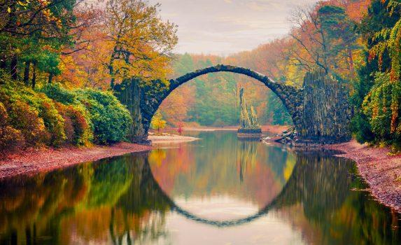 秋の夕暮れの「ラコツ橋」 ドイツの風景