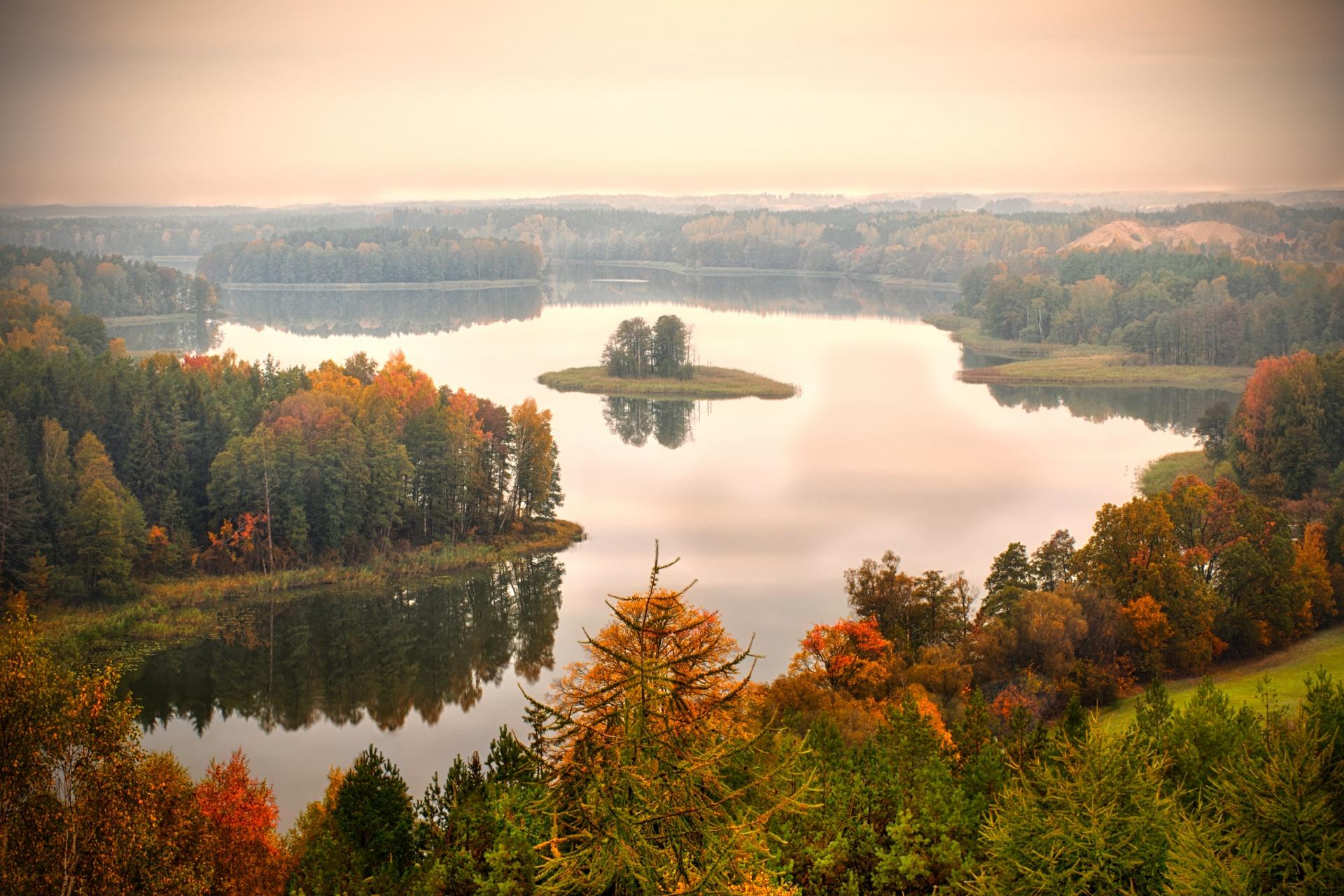 秋の湖の風景 ポーランドの風景