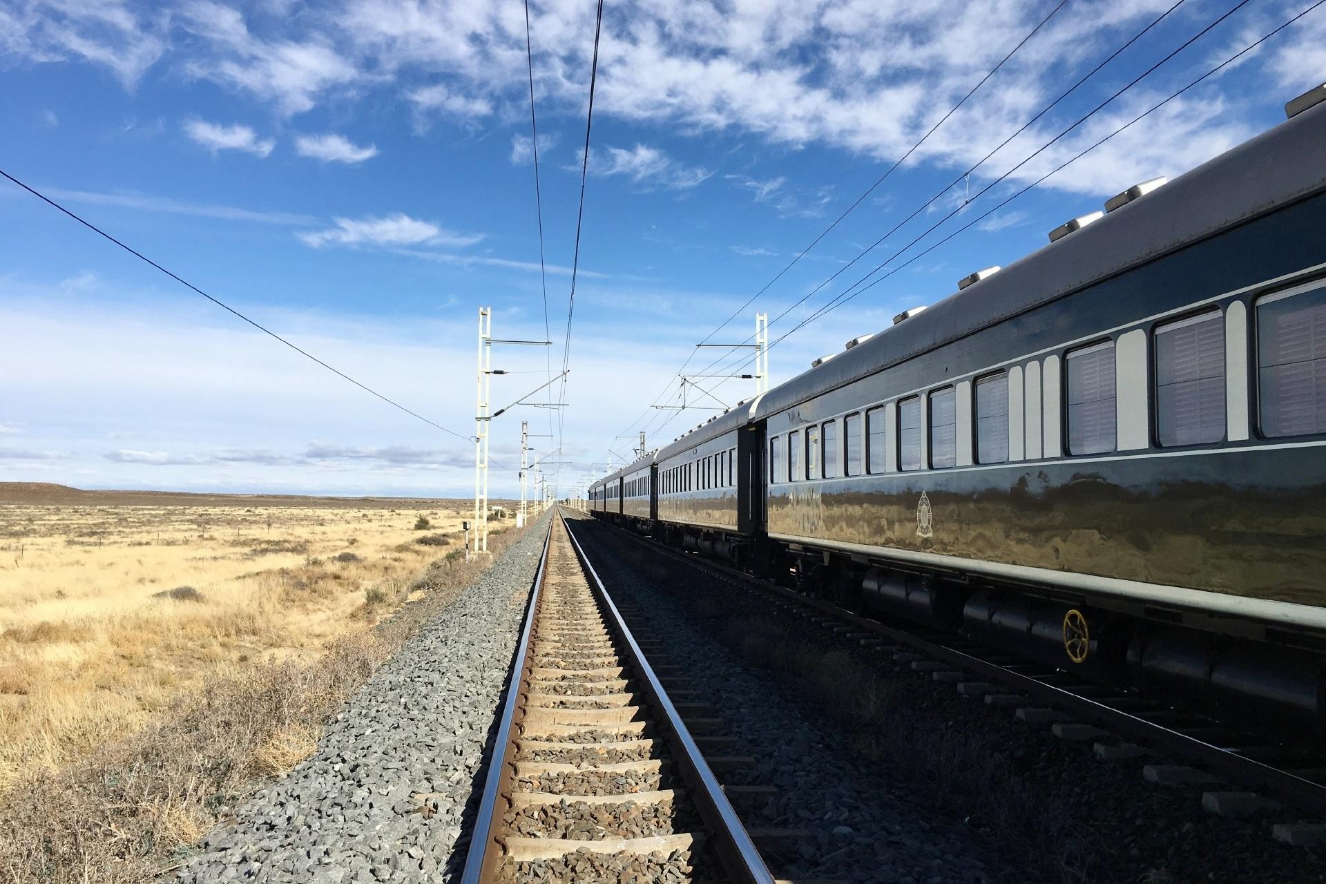 青空と鉄道の風景 南アフリカの風景