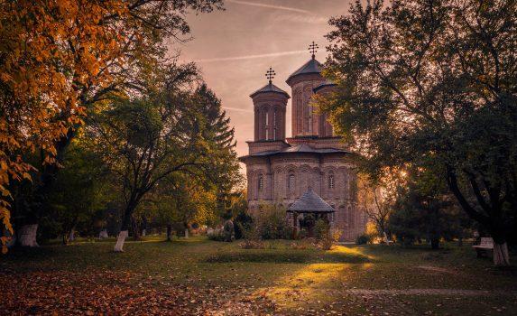 秋の夕暮れの風景 スナゴフ修道院 ルーマニアの風景
