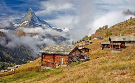 秋の朝のマッターホルンとスイスアルプスの風景 スイスの風景