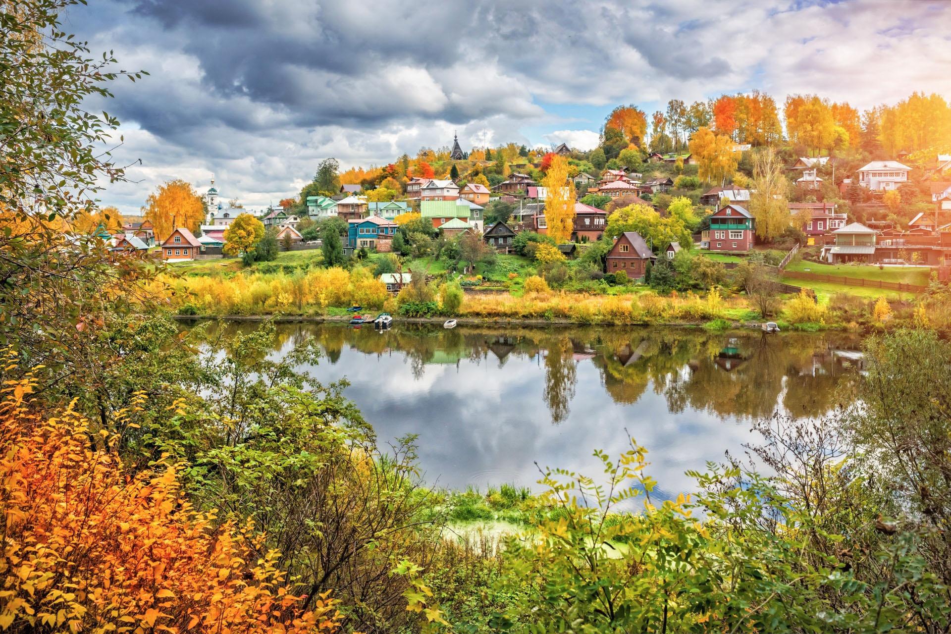 秋のヴォルガ川とプリョスの街並み ロシアの風景