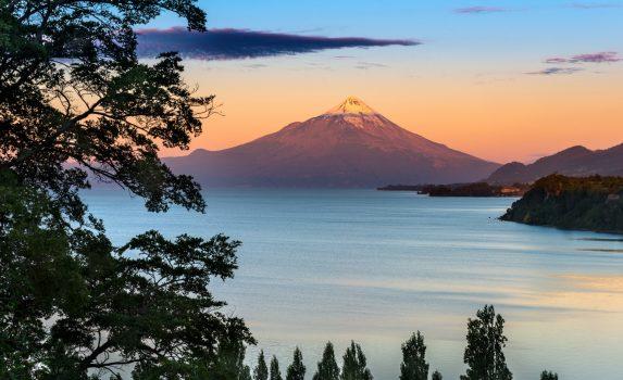 ジャンキウェ湖とオソルノ山 チリの風景