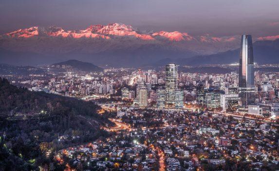 アンデス山脈と夕暮れのサンティアゴの風景 チリの風景