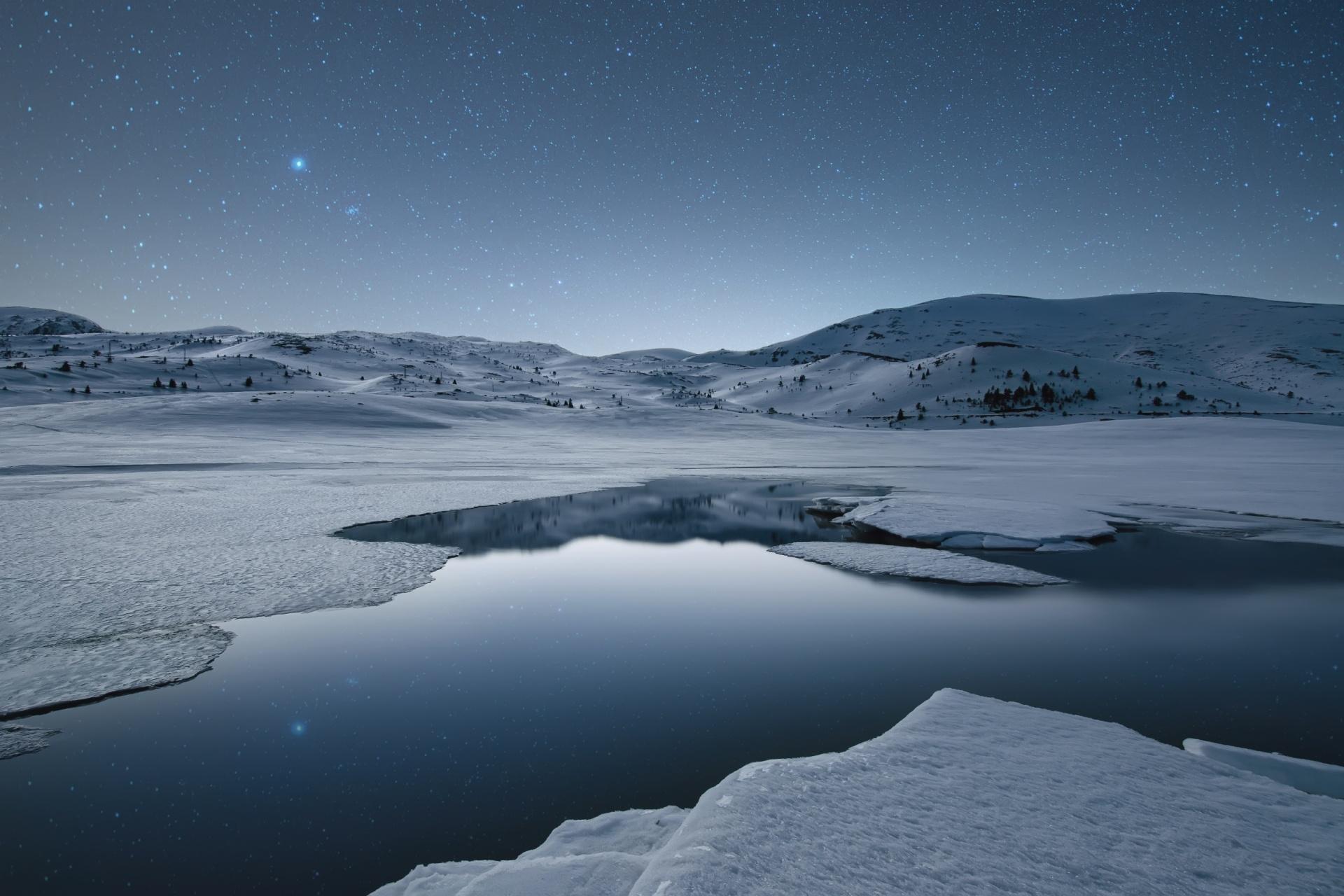 夜のベルメケン湖と星空 ブルガリアの風景