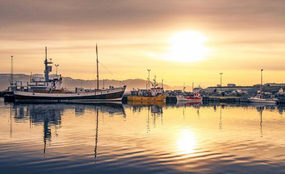 夕暮れの港の風景 アイスランドの風景