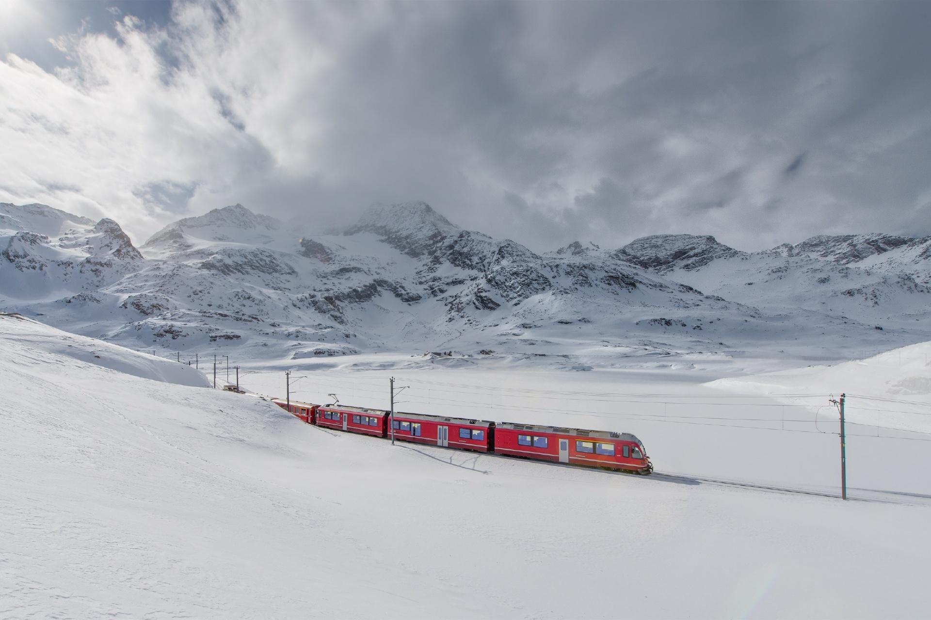 雪の中を行くベルニナ急行 スイスの風景