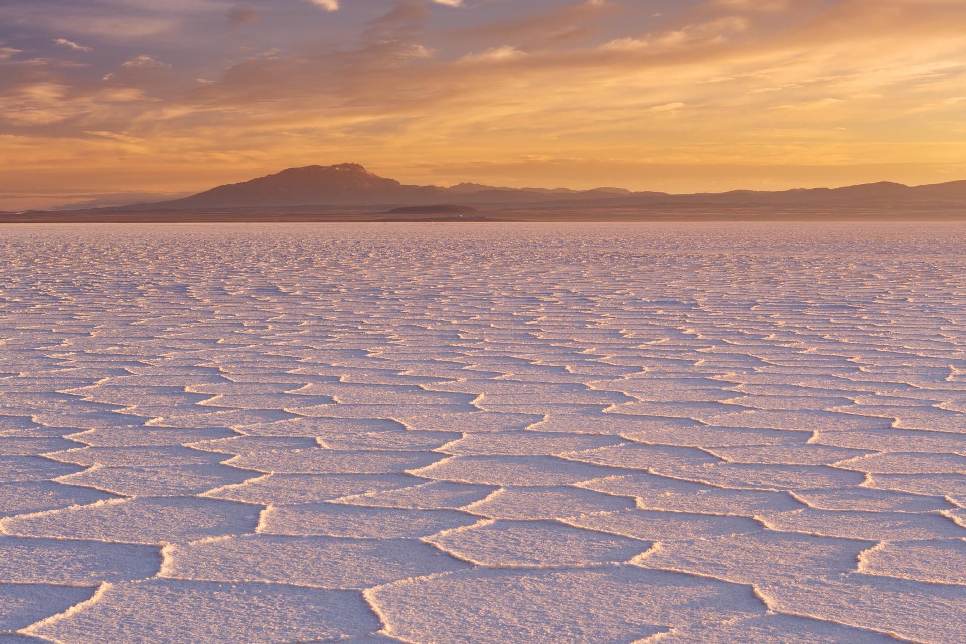 朝のウユニ塩原 ボリビアの風景